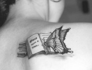 Hình xăm sách vở với bướm trên vai
