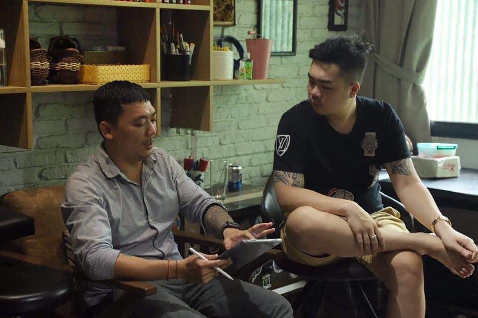 Thợ xăm tại tiệm xăm tattoo tư vấn kỹ càng