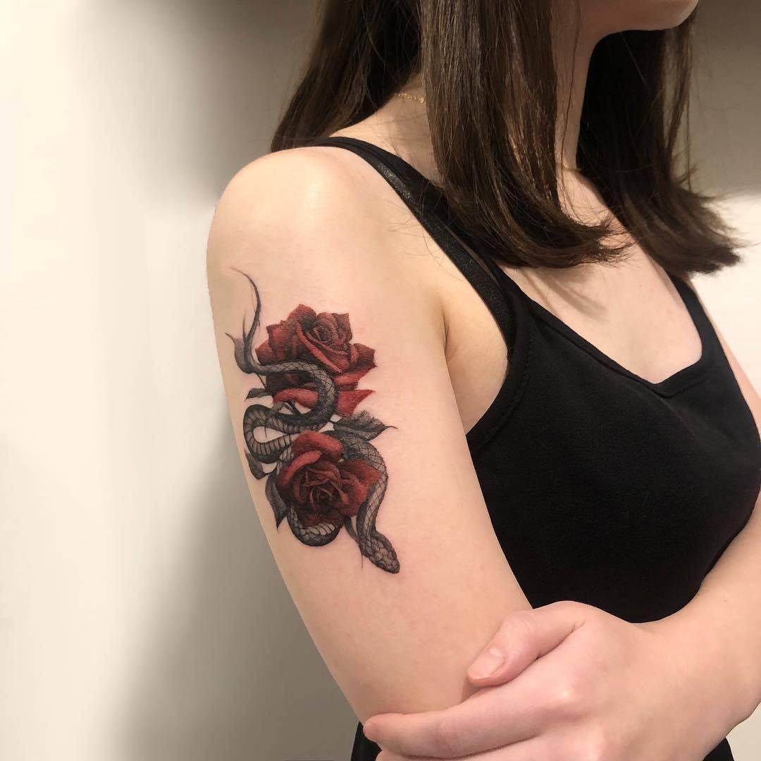 hình xăm hoa hồng trên cánh tay Micae tattoo
