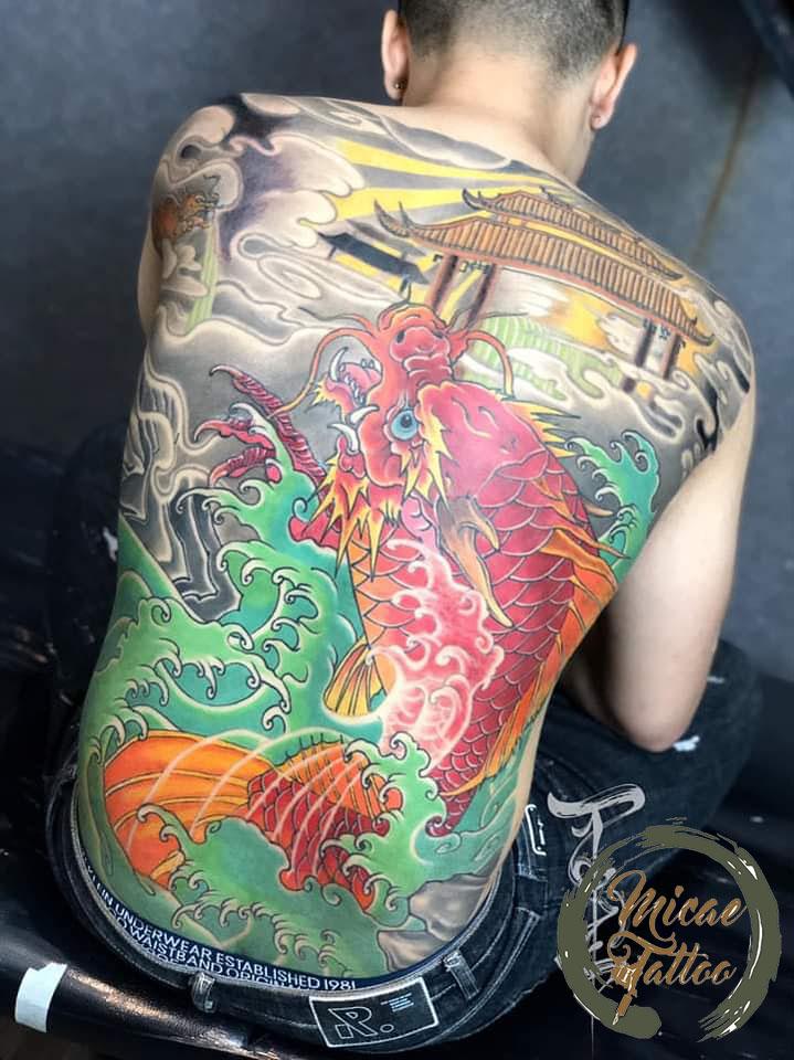 hình xăm cá chép hóa rồng vượt vũ môn lưng
