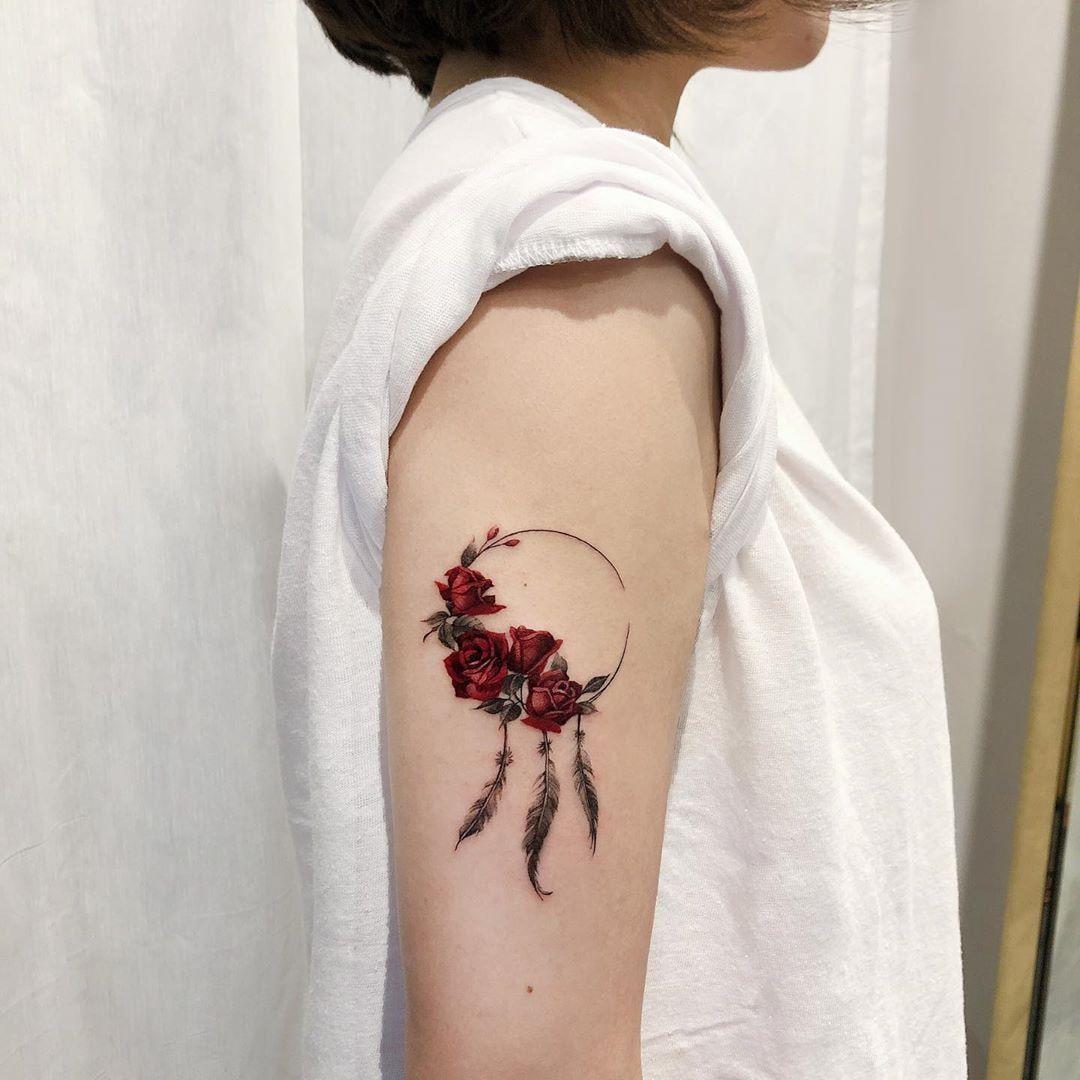 Vòng hoa hồng nhỏ đung đưa trong gió