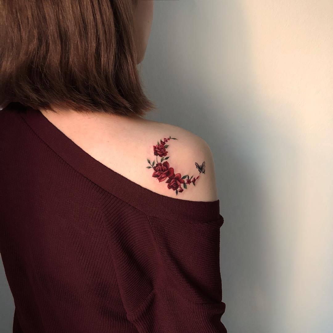 Vòng hoa hồng nhỏ trên vai